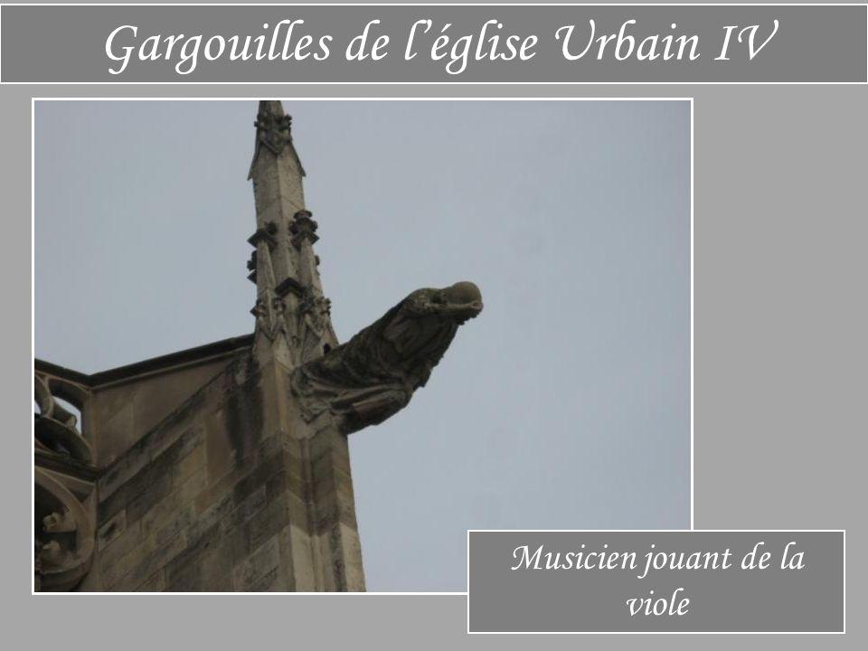 Gargouilles de l'église Urbain IV Musicien jouant de la viole
