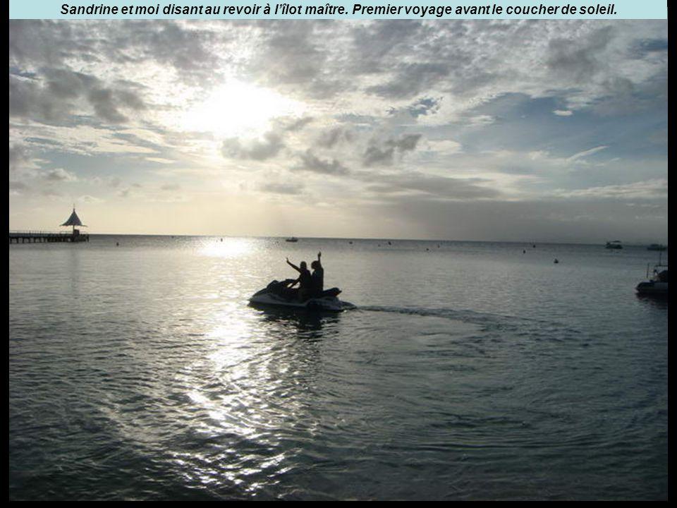 Sandrine et moi disant au revoir à l'îlot maître. Premier voyage avant le coucher de soleil.