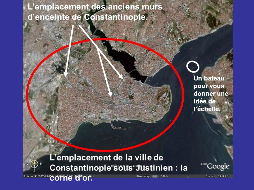 L'emplacement de la ville de Constantinople sous Justinien : la corne d'or. L'emplacement des anciens murs d'enceinte de Constantinople. Un bateau pou