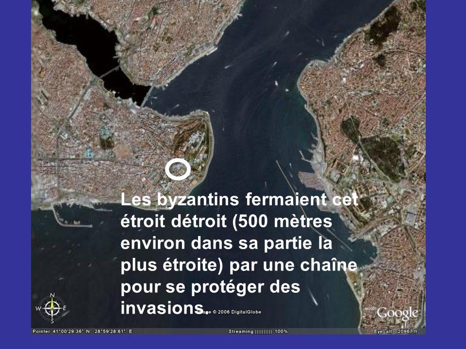 Les byzantins fermaient cet étroit détroit (500 mètres environ dans sa partie la plus étroite) par une chaîne pour se protéger des invasions.