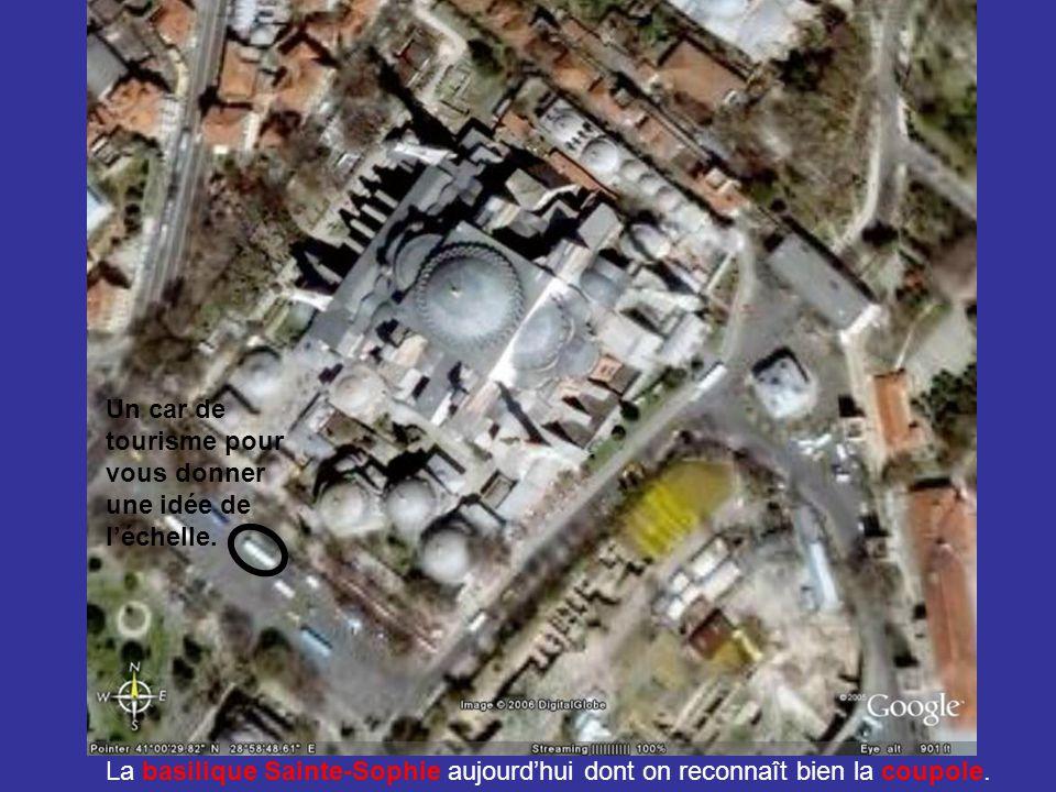 La basilique Sainte-Sophie aujourd'hui dont on reconnaît bien la coupole. Un car de tourisme pour vous donner une idée de l'échelle.