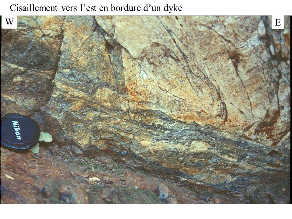 W E Cisaillement vers l'est en bordure d'un dyke