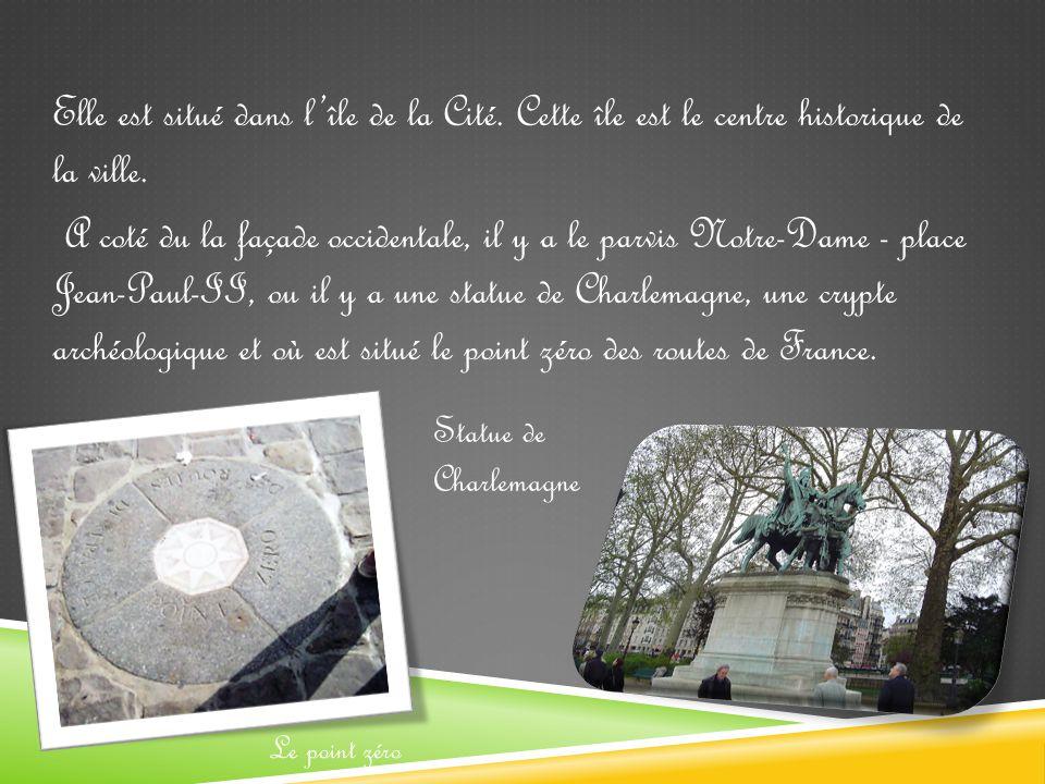 Elle est situé dans l'île de la Cité.Cette île est le centre historique de la ville.