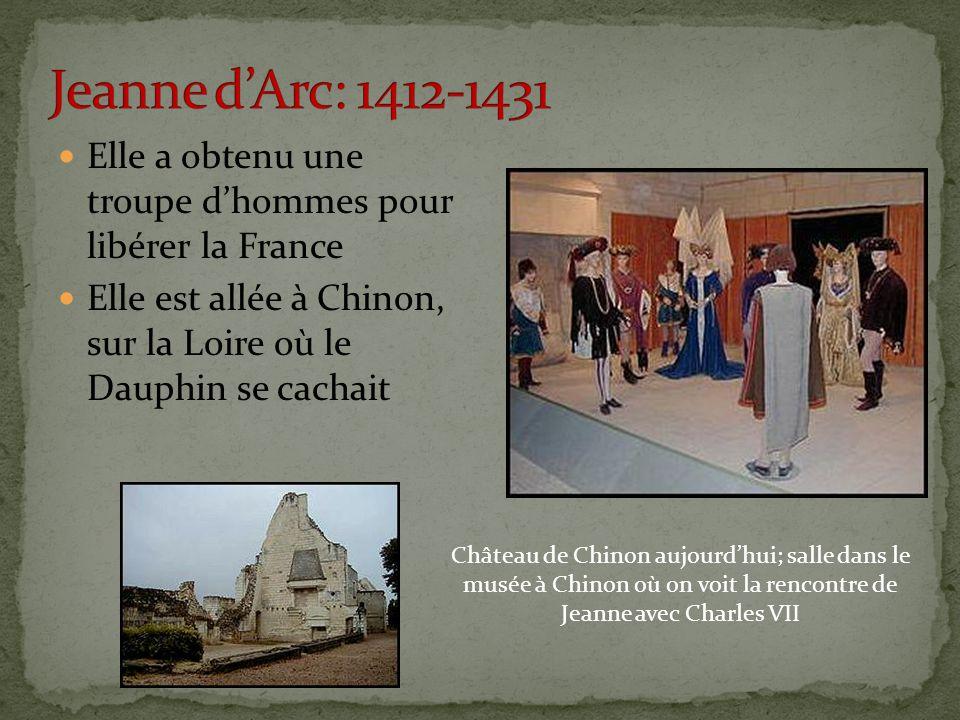 Elle a obtenu une troupe d'hommes pour libérer la France Elle est allée à Chinon, sur la Loire où le Dauphin se cachait Château de Chinon aujourd'hui; salle dans le musée à Chinon où on voit la rencontre de Jeanne avec Charles VII