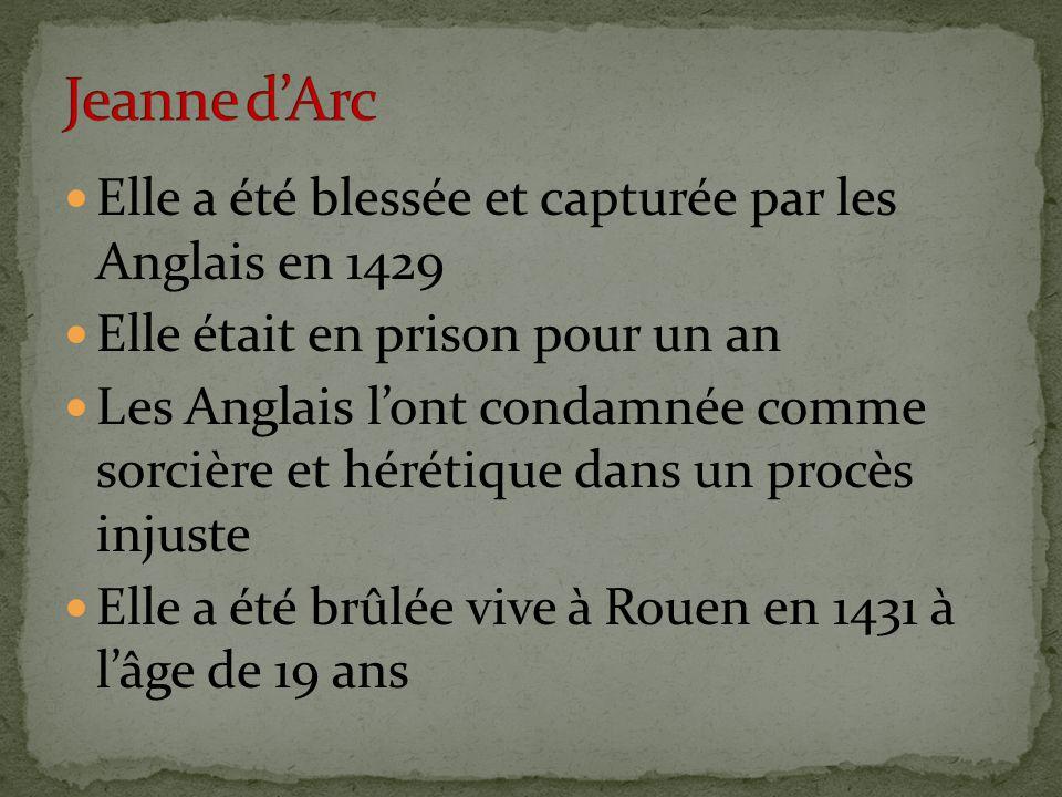 Elle a été blessée et capturée par les Anglais en 1429 Elle était en prison pour un an Les Anglais l'ont condamnée comme sorcière et hérétique dans un procès injuste Elle a été brûlée vive à Rouen en 1431 à l'âge de 19 ans