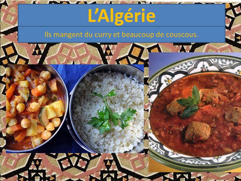 L'Algérie Ils mangent du curry et beaucoup de couscous.