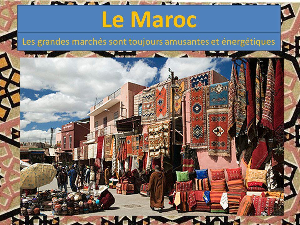 Le Maroc Les grandes marchés sont toujours amusantes et énergétiques