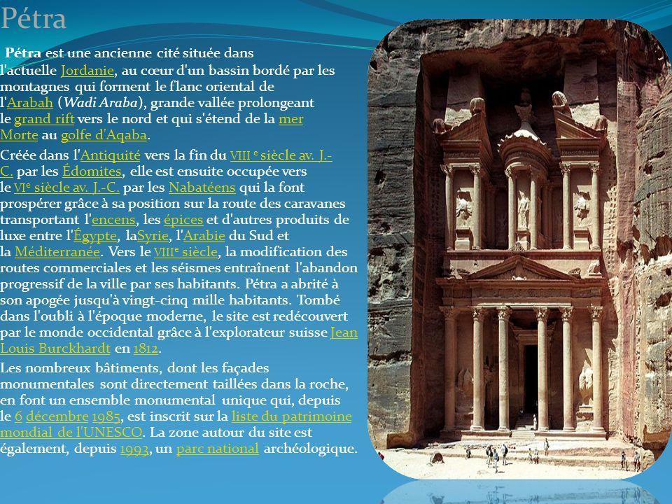 Pétra Pétra est une ancienne cité située dans l'actuelle Jordanie, au cœur d'un bassin bordé par les montagnes qui forment le flanc oriental de l'Arab