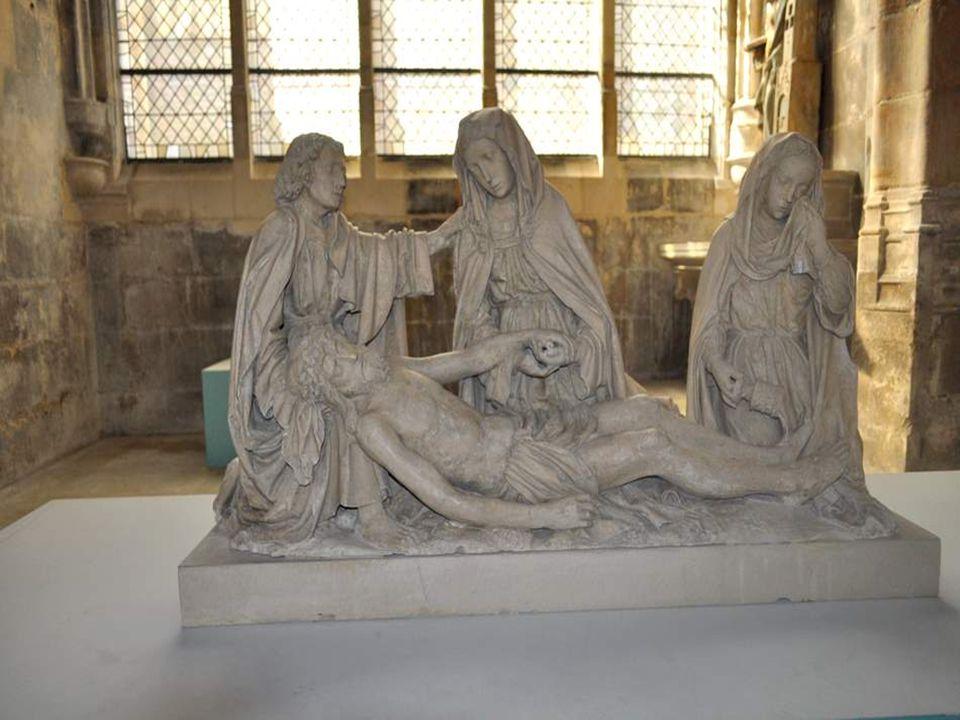 Cette Déploration (vers 1515-1530) porte des traces de polychromie. Ce groupe sculpté, dont on ignore la provenance exacte, est attribué pour certains