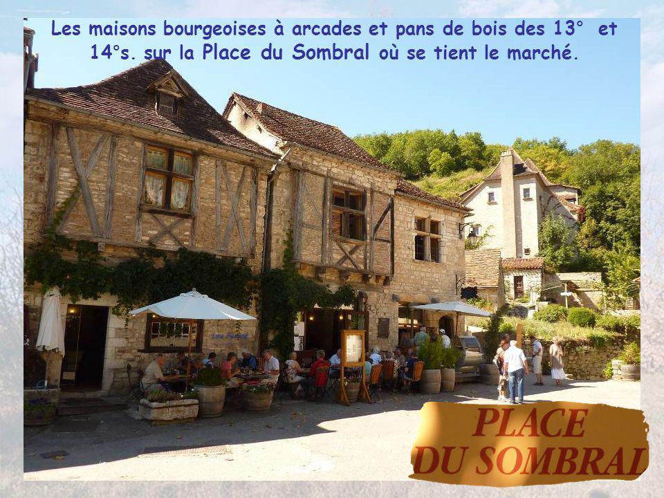 Passés les vestiges de sa porte, la Rue de la Peyrolerie donne accès à la place du village médiéval