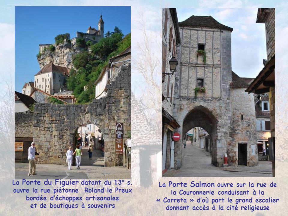 Les 3 étages du village moyenâgeux reflètent les 3 ordres sociétaux, avec en haut les chevaliers, liés au milieu à l'ordre religieux et les travailleu