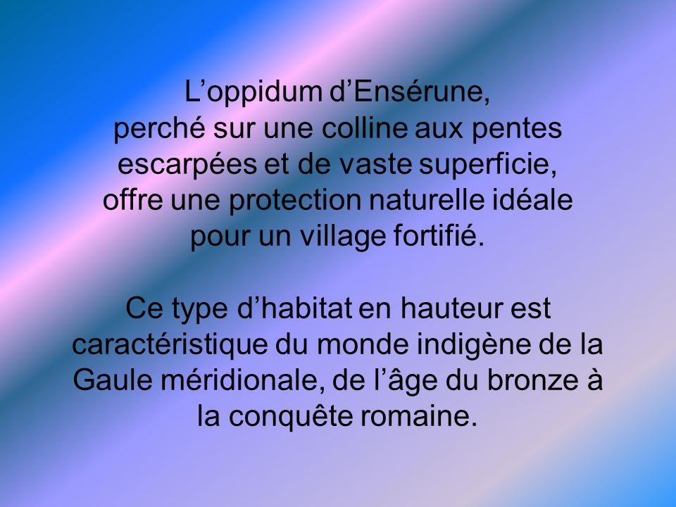 L'oppidum d'Ensérune, perché sur une colline aux pentes escarpées et de vaste superficie, offre une protection naturelle idéale pour un village fortifié.