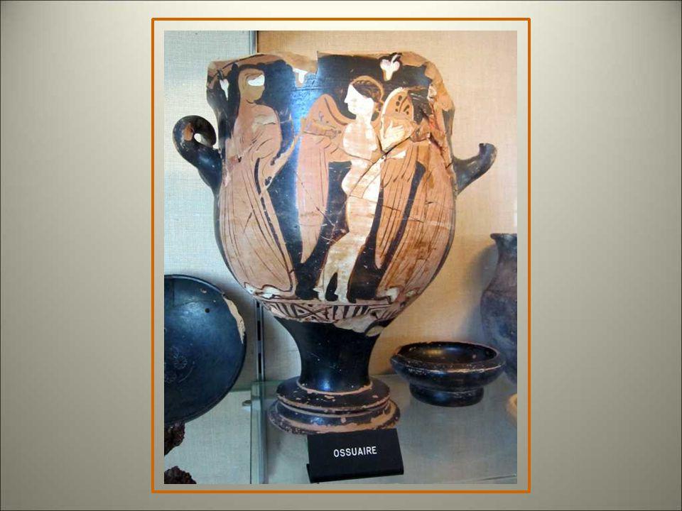 La série de vases qui servaient d'ossuaires est impressionnante