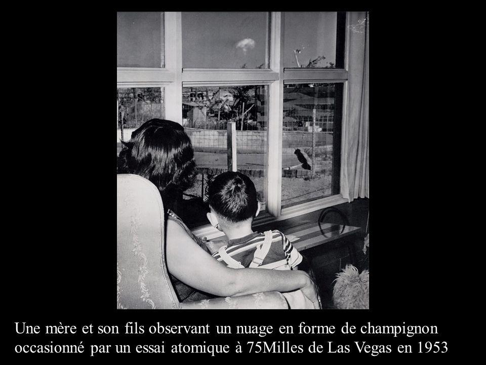 Une mère et son fils observant un nuage en forme de champignon occasionné par un essai atomique à 75Milles de Las Vegas en 1953