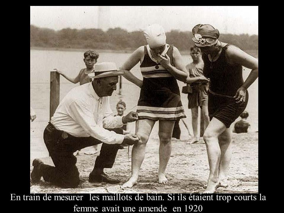 En train de mesurer les maillots de bain. Si ils étaient trop courts la femme avait une amende en 1920