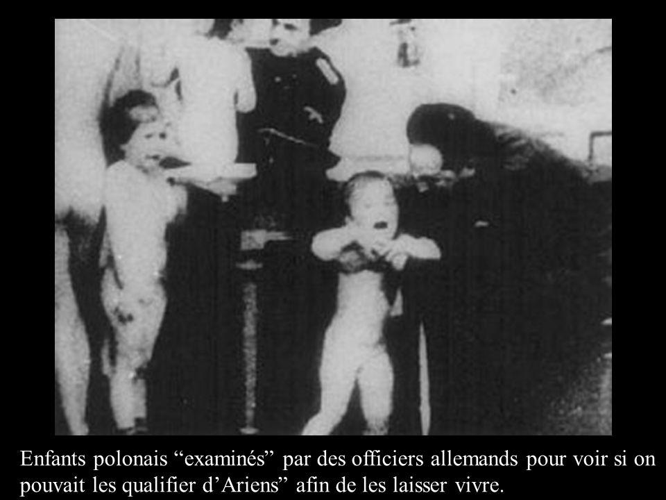 """Enfants polonais """"examinés"""" par des officiers allemands pour voir si on pouvait les qualifier d'Ariens"""" afin de les laisser vivre."""