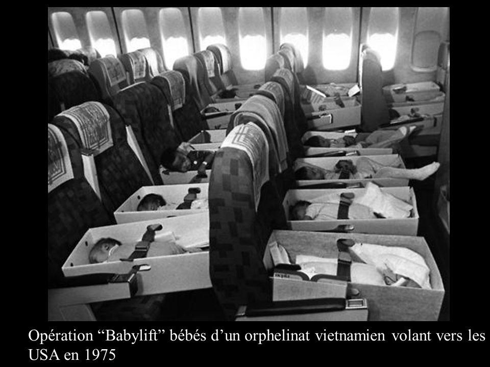 """Opération """"Babylift"""" bébés d'un orphelinat vietnamien volant vers les USA en 1975"""