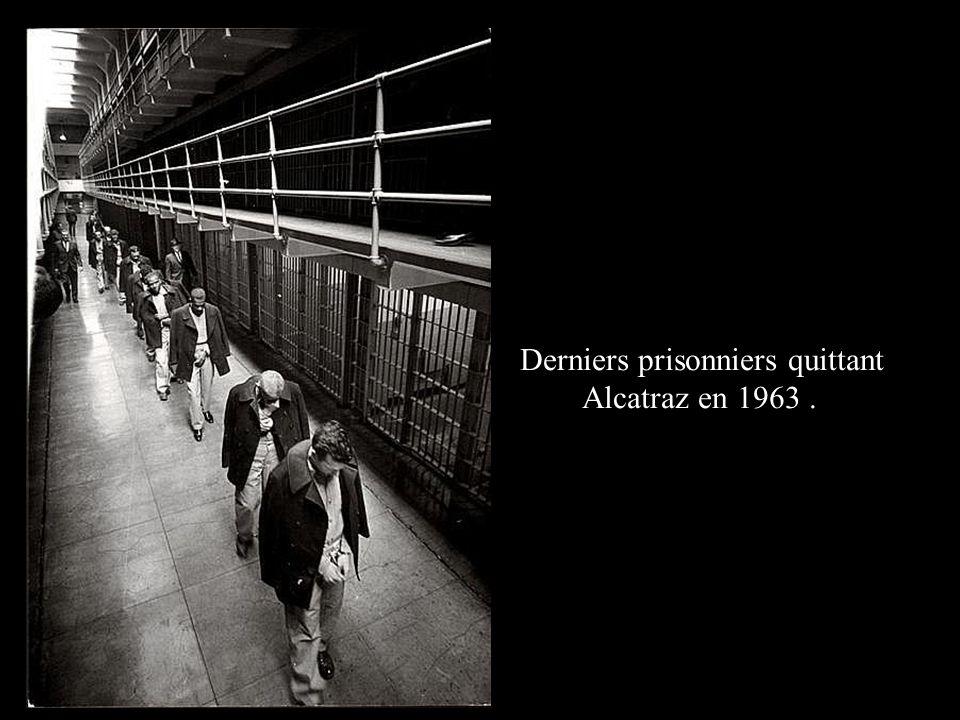Derniers prisonniers quittant Alcatraz en 1963.