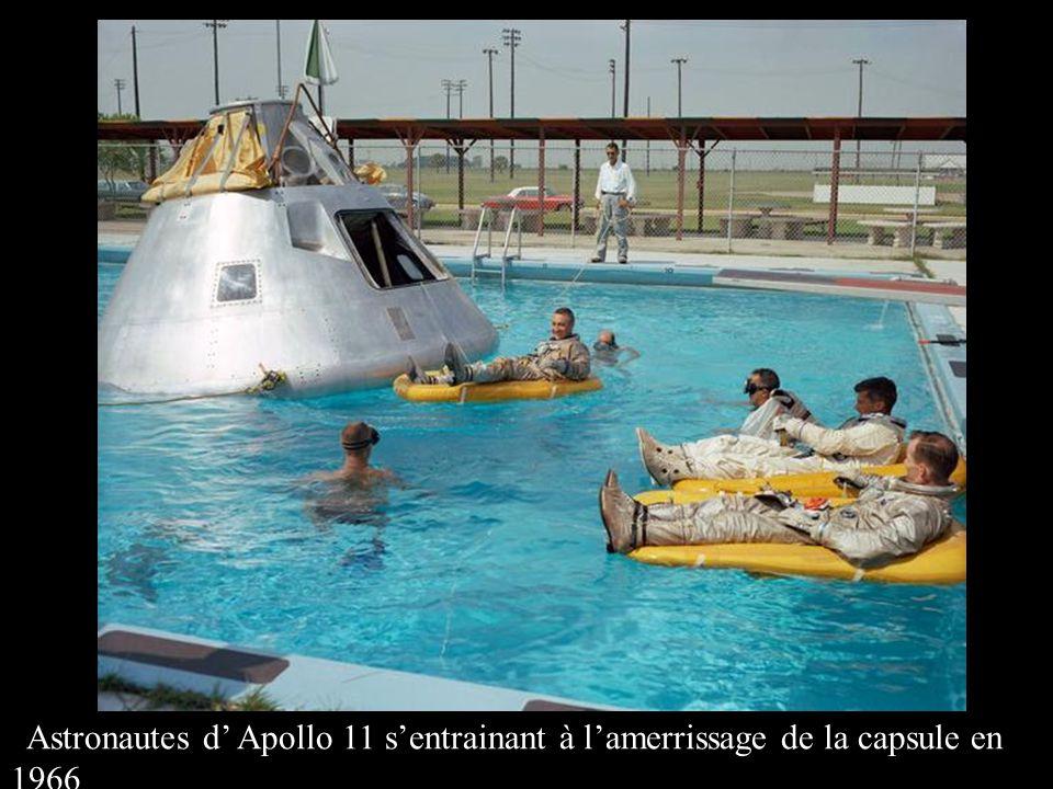 Astronautes d' Apollo 11 s'entrainant à l'amerrissage de la capsule en 1966