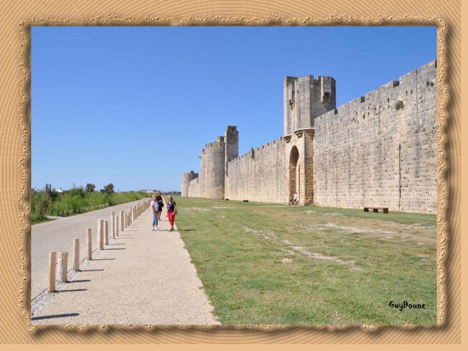Les remparts et la ville d' dans le département du Gard