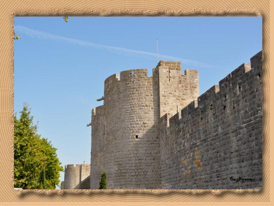 C'est en 1272 que le roi Saint Louis entreprend la construction des remparts de la ville, soit une enceinte de 1640 mètres de périmètre qui cercle enc
