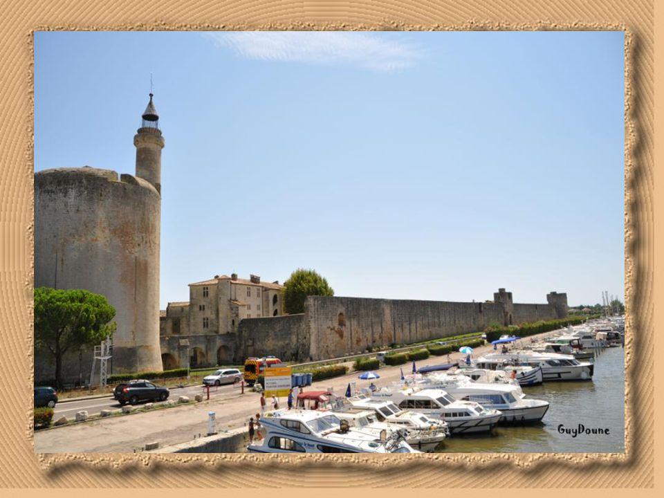 La tour Constance; surnommée la tour pointue ( la Pouchoudo). La tour Constance est le premier bâtiment construit par Saint Louis à Aigues-Mortes. Sur