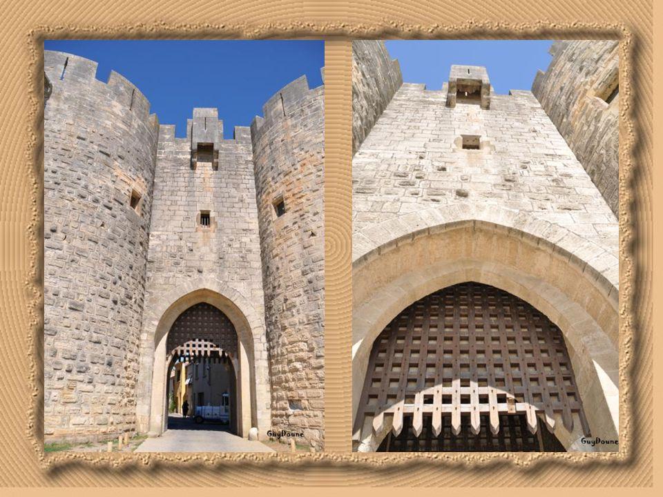 Porte de la reine: Appelée ainsi depuis l'entrée d'Anne d'Autriche accompagnant Louis XIII en 1622 est sur le front est des remparts. Cette porte nomm