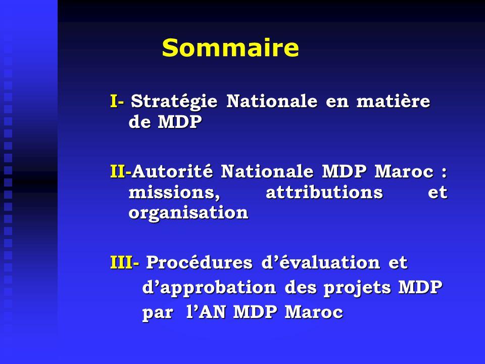 I Stratégie Nationale en matière de MDP Maroc : pays dont le désir politique formulé et affiché depuis une vingtaine d'années est de connaître un développement durable Maroc : pays dont le désir politique formulé et affiché depuis une vingtaine d'années est de connaître un développement durable Le recours à des investissements privés nationaux et internationaux permettant au pays de conforter ses choix en matière de Développement Durable s'avère nécessaire Le recours à des investissements privés nationaux et internationaux permettant au pays de conforter ses choix en matière de Développement Durable s'avère nécessaire Des possibilités importantes et stratégiques en matière de transfert de technologies propres et d'amélioration de l'environnement : Énergies renouvelables Énergies renouvelables Efficacité énergétique Efficacité énergétique Déchets Déchets Transport Transport Forets Forets En particulier dans le cadre du le MDP