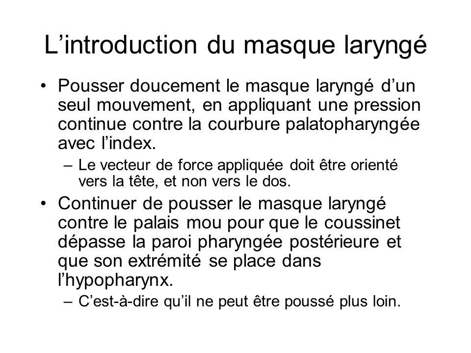 L'introduction du masque laryngé Pousser doucement le masque laryngé d'un seul mouvement, en appliquant une pression continue contre la courbure palat