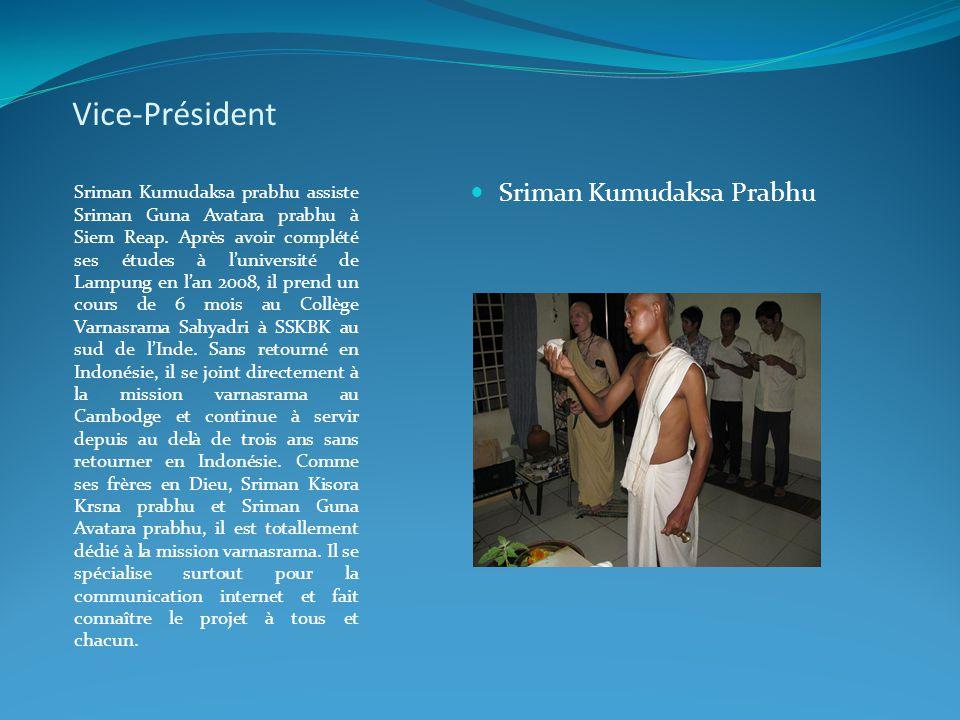 Vice-Président Sriman Kumudaksa prabhu assiste Sriman Guna Avatara prabhu à Siem Reap. Après avoir complété ses études à l'université de Lampung en l'
