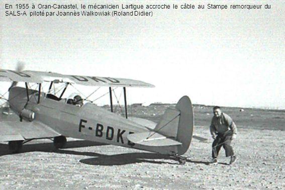 En 1955 à Oran-Canastel, le mécanicien Lartigue accroche le câble au Stampe remorqueur du SALS-A piloté par Joannès Walkowiak (Roland Didier)