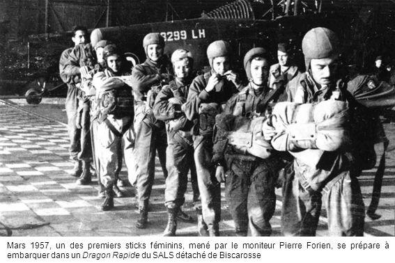 Mars 1957, un des premiers sticks féminins, mené par le moniteur Pierre Forien, se prépare à embarquer dans un Dragon Rapide du SALS détaché de Biscar