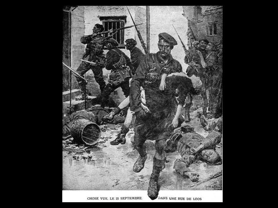 Combats dans le centre du village de Loos. En arrière plan, la fosse n° 15 (puits Maurice Tilloy) Tower Bridge pour les Anglais