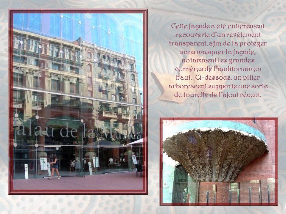Une visite à ne pas manquer, c'est celle du Palau de la Musica Catalana. C'est l'une des plus belles manifestations du Modernisme à cause de son « arc