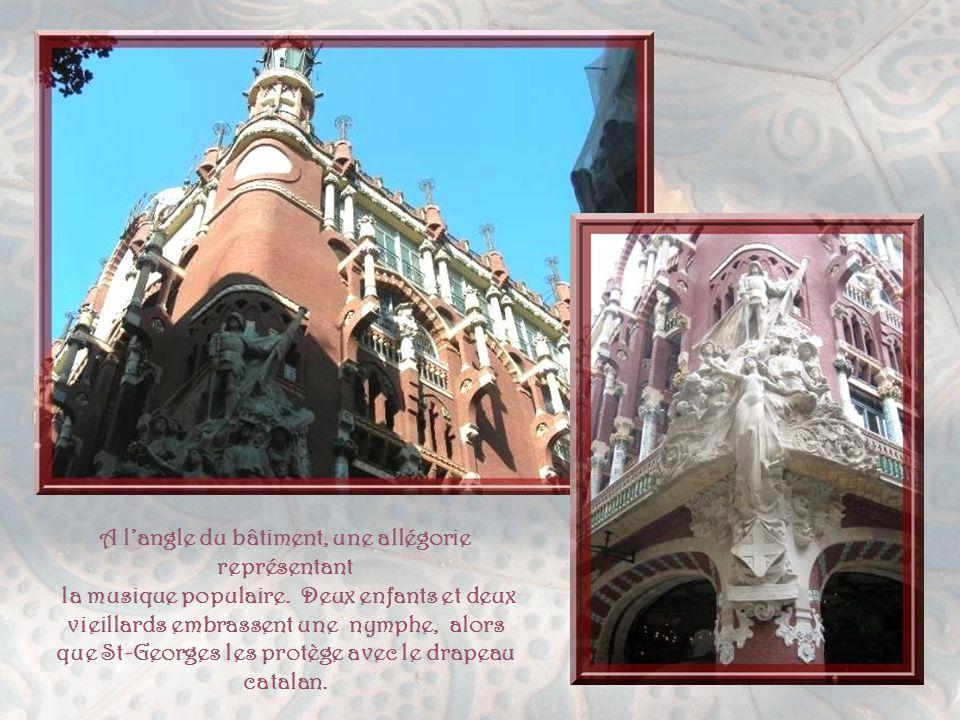 Cette façade a été entièrement recouverte d'un revêtement transparent, afin de la protéger sans masquer la façade, notamment les grandes verrières de