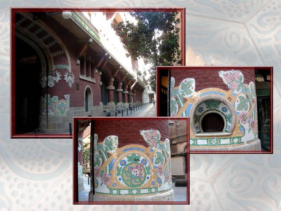 L'étroitesse de la rue, à l'extrémité du bâtiment, ne permet pas des photos complètes. En haut, cette série de colonnes, décorées de mosaïques, ornent
