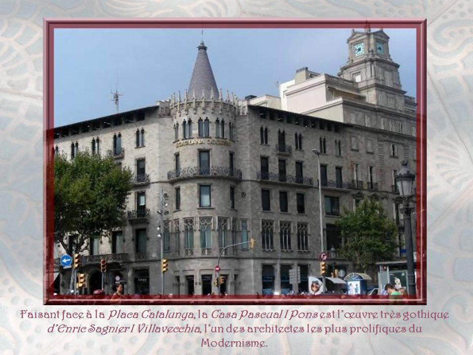 C'est en 1906, que Pere Falques imagina ces bancs- fanaux qui ornent le Passeig de Gracia, au nombre de 31. Gaüdi, pour sa part, créa les carreaux hex