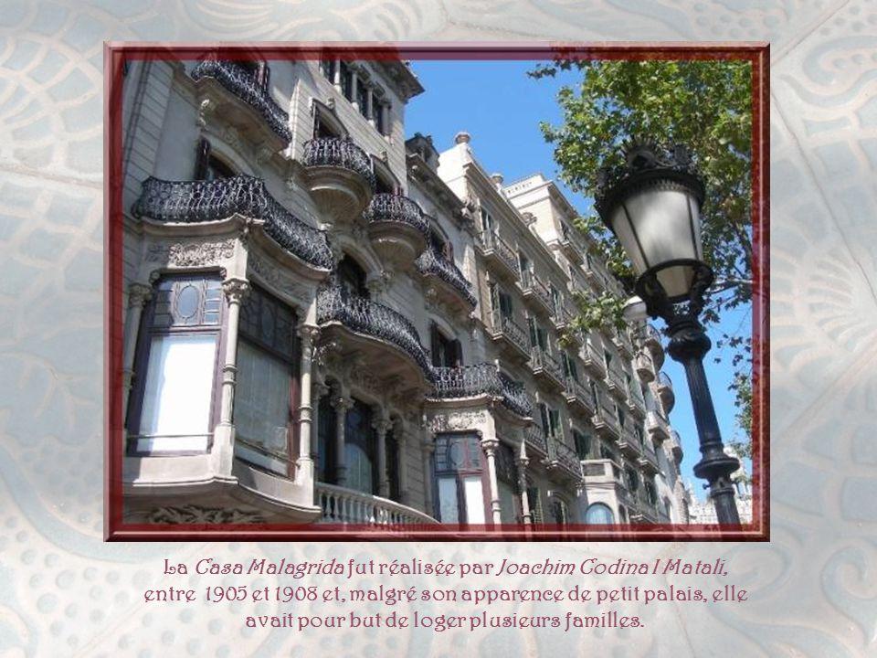 Faisant face à la Placa Catalunya, la Casa Pascual I Pons est l'œuvre très gothique d'Enric Sagnier I Villavecchia, l'un des architectes les plus prolifiques du Modernisme.