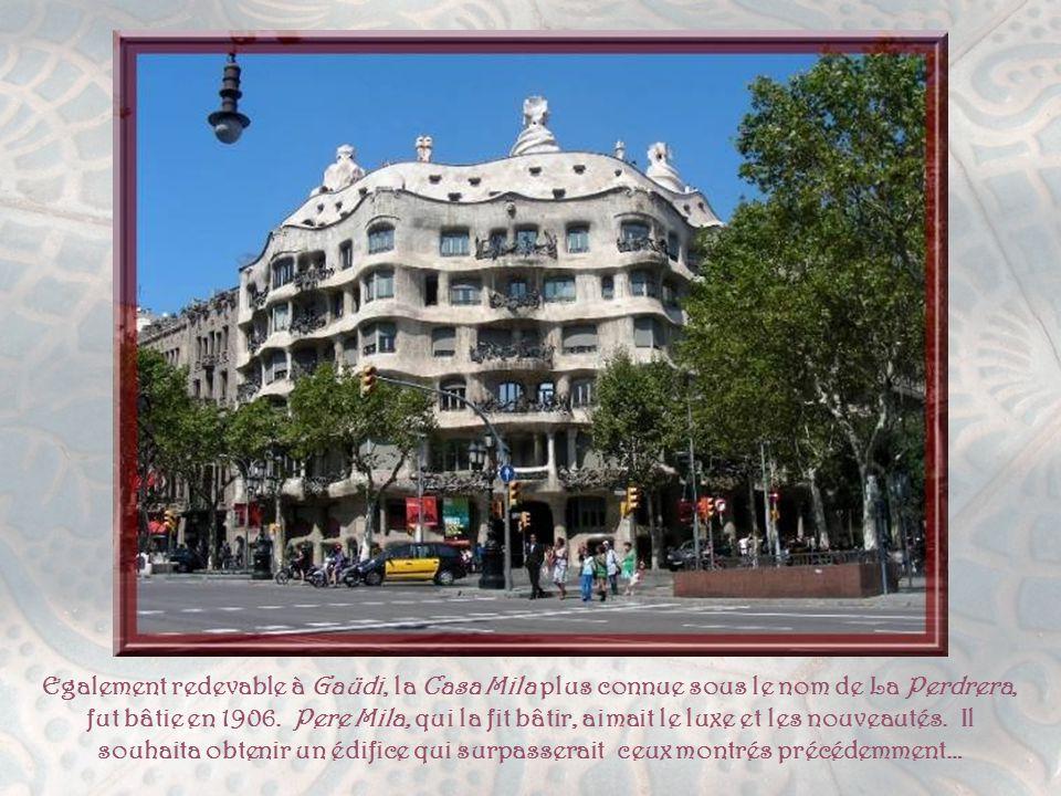 La Casa Battlo fait suite à la Casa Amatller. Josep Batllo, magnat du textile, donna mandat à Gaüdi de remodeler le bâtiment original qui datait de 18