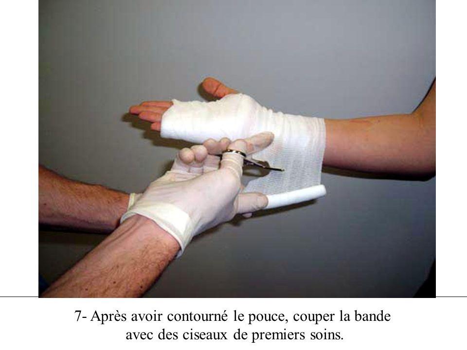 7- Après avoir contourné le pouce, couper la bande avec des ciseaux de premiers soins.