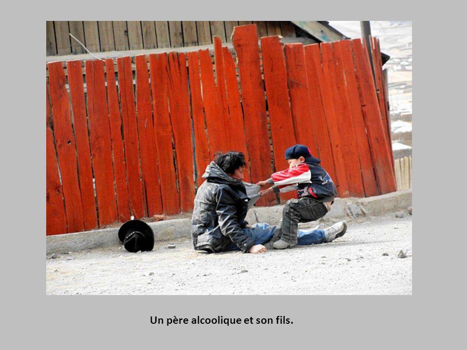 Une femme assise au milieu des décombres à Natori après le tremblement de terre et le tsunami qui ont dévasté le Japon en 2011.