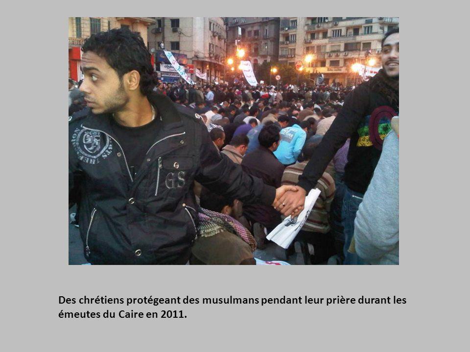 Des chrétiens protégeant des musulmans pendant leur prière durant les émeutes du Caire en 2011.