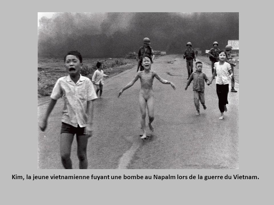Kim, la jeune vietnamienne fuyant une bombe au Napalm lors de la guerre du Vietnam.