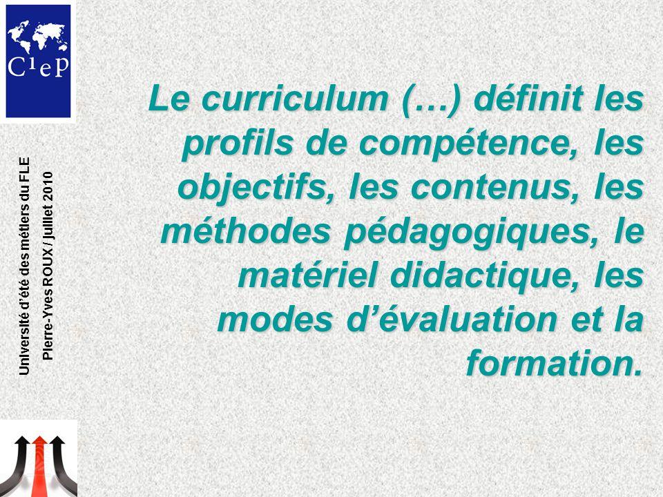 Le curriculum (…) définit les profils de compétence, les objectifs, les contenus, les méthodes pédagogiques, le matériel didactique, les modes d'évaluation et la formation.