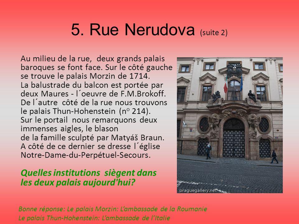 5. Rue Nerudova (suite 2) Au milieu de la rue, deux grands palais baroques se font face. Sur le côté gauche se trouve le palais Morzin de 1714. La bal