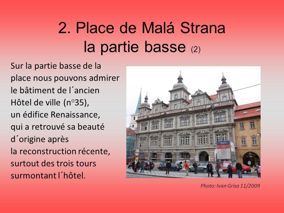 2. Place de Malá Strana la partie basse (2) Sur la partie basse de la place nous pouvons admirer le bâtiment de l´ancien Hôtel de ville (n o 35), un é