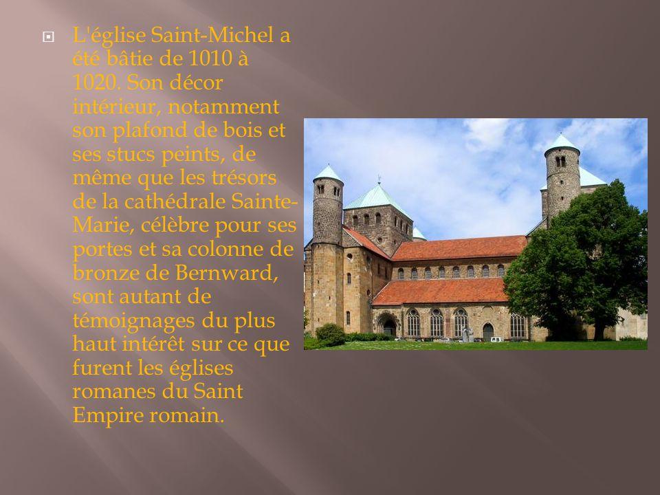  L'église Saint-Michel a été bâtie de 1010 à 1020. Son décor intérieur, notamment son plafond de bois et ses stucs peints, de même que les trésors de