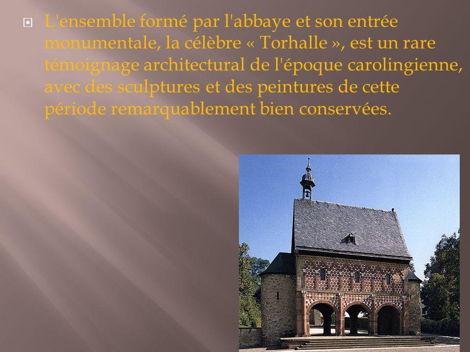  L'ensemble formé par l'abbaye et son entrée monumentale, la célèbre « Torhalle », est un rare témoignage architectural de l'époque carolingienne, av