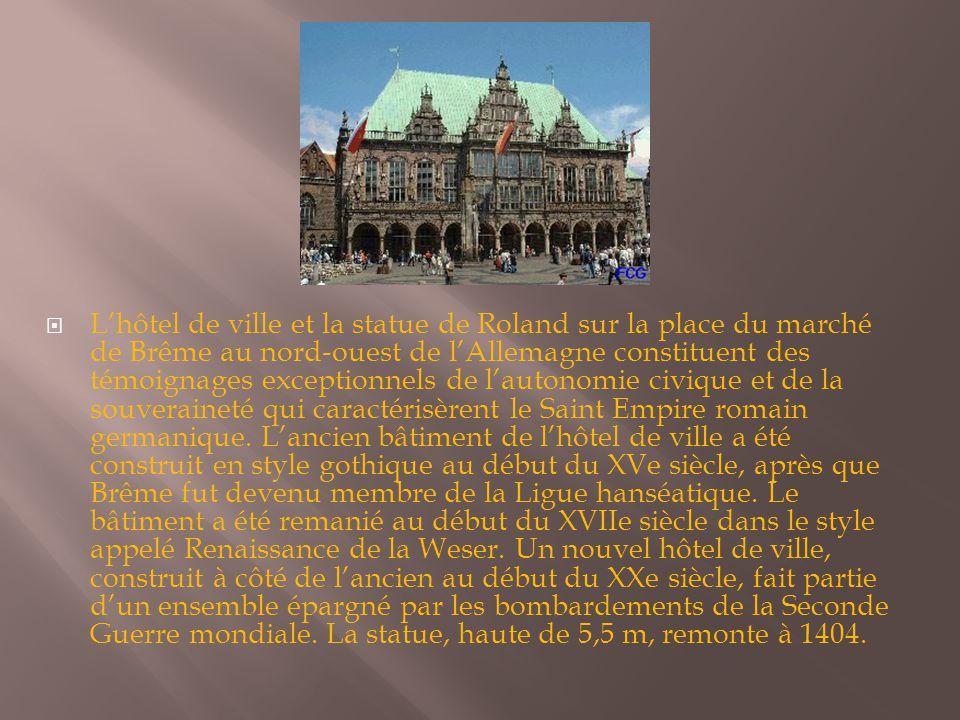  L'hôtel de ville et la statue de Roland sur la place du marché de Brême au nord-ouest de l'Allemagne constituent des témoignages exceptionnels de l'