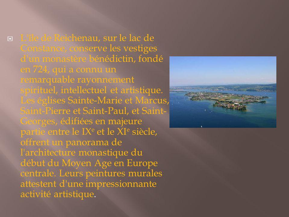  L'île de Reichenau, sur le lac de Constance, conserve les vestiges d'un monastère bénédictin, fondé en 724, qui a connu un remarquable rayonnement s